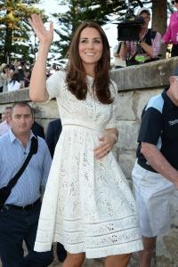 Kate saluta